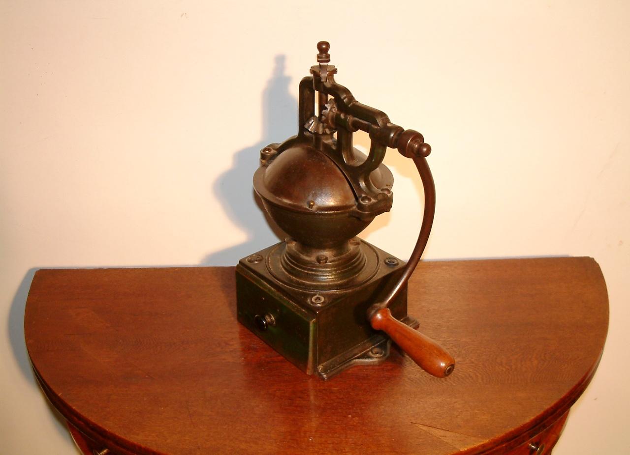 Antieke  koffiemolen eind 19e eeuw - Antiekboerderij Het Wagenwiel (1)