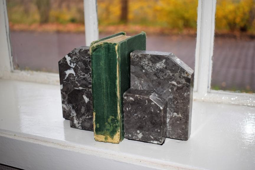 Boekensteunen grijs marmer Art Deco ca 1930- Antiekboerderij Het Wagenwiel