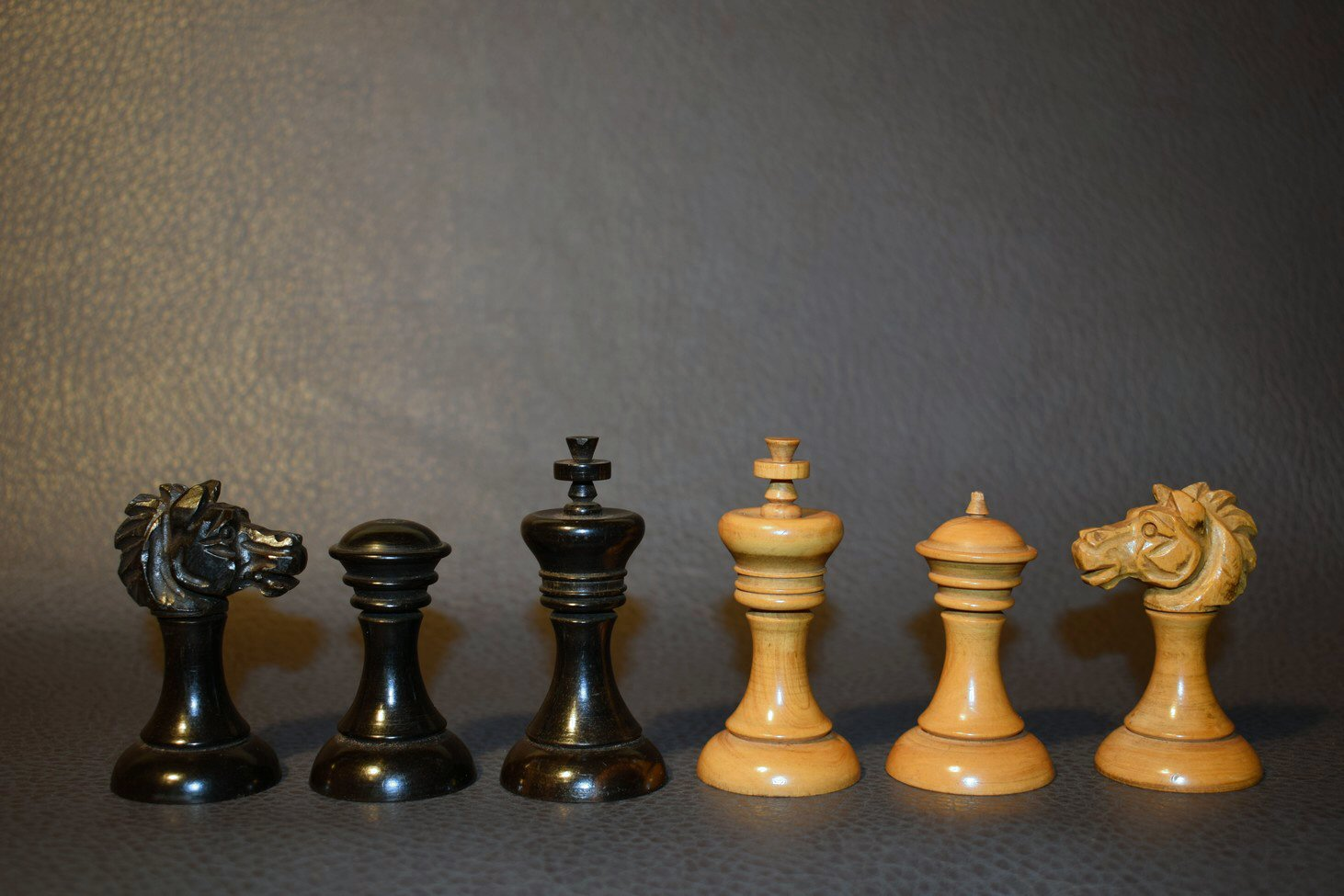 396 - Antique English playing set, boxwood ebony approx 1850 - Dorland Chess (10)