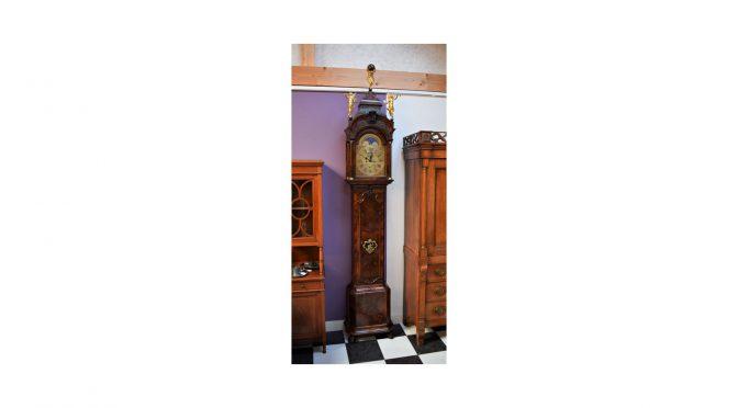"Antieke staande klok (""staand horloge""), wortelnoten, J.P. Kroese – Amsterdam ca 1750"